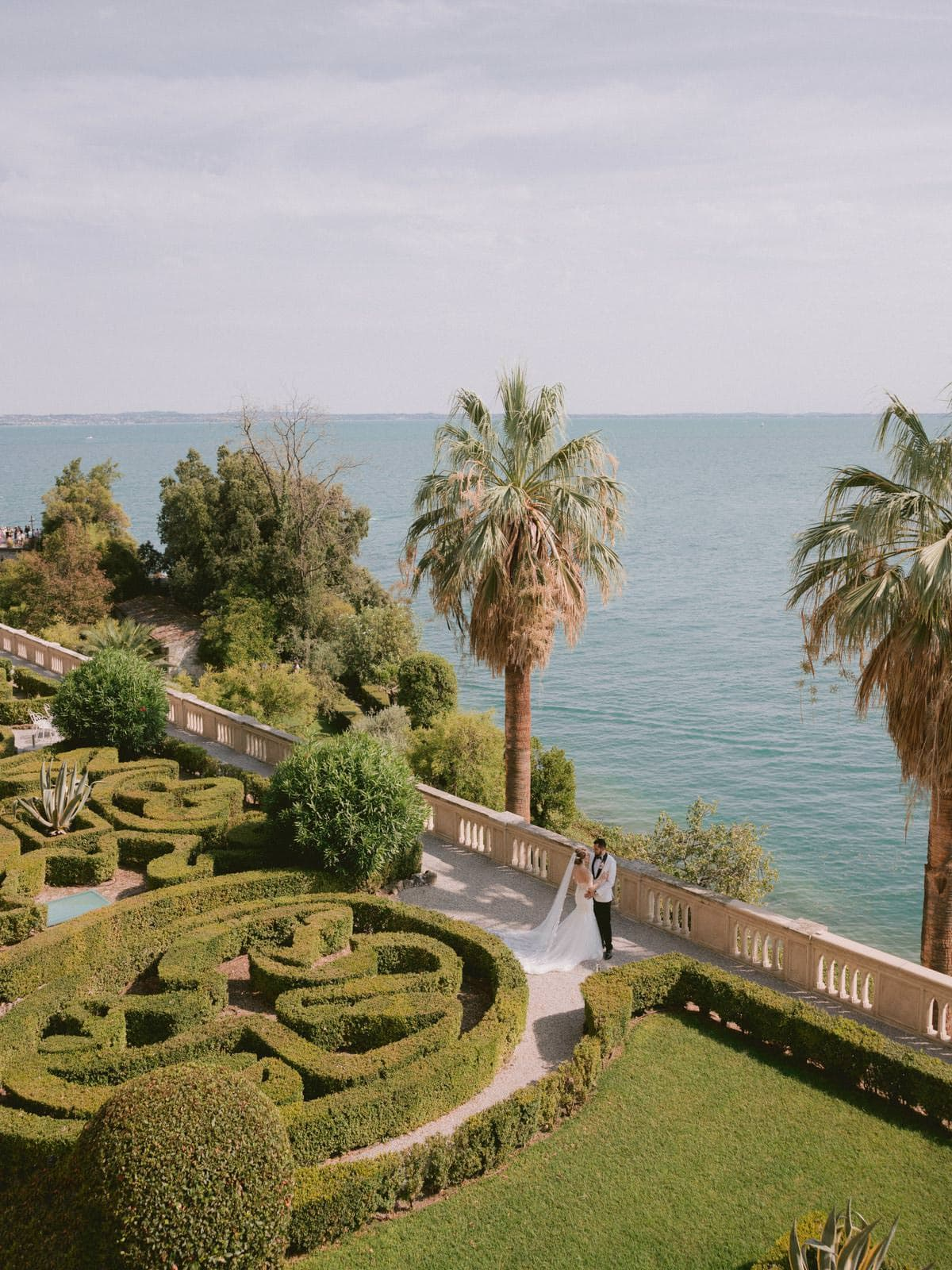 couple photo session in the Isola del garda's italian gardens