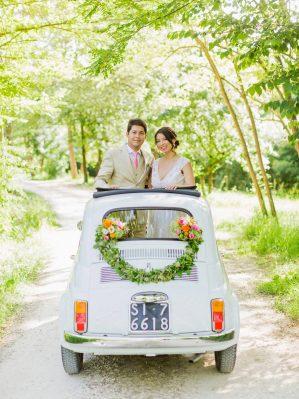 bride and groom and a fiat cinquecento