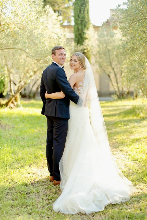 portraits of the newlyweds in the countryside of tuscany