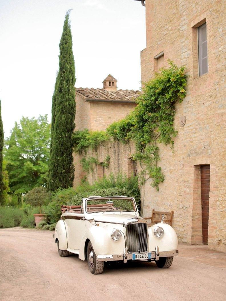 avis vintage car at borgo finocchieto