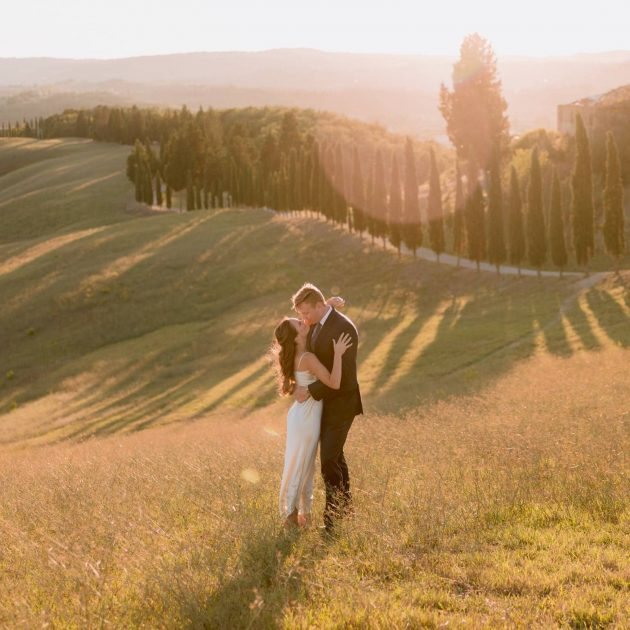 couple portrait session in the middle of the Tuscan hills