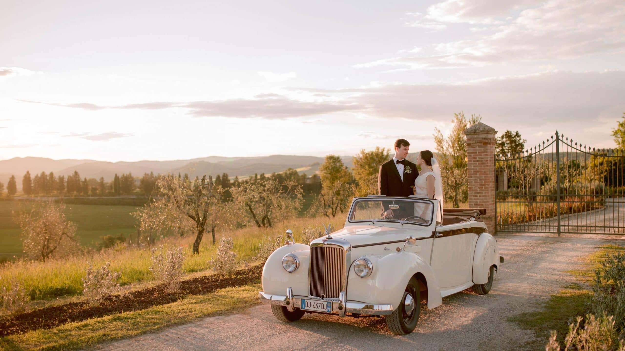 bride and groom at sunset in Tuscany